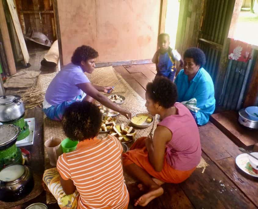 Fijian culture: women preparing lunch